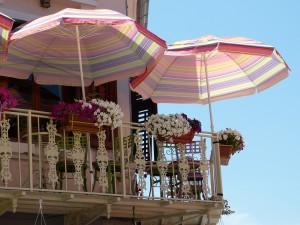 balkon mit sonnenschirmen